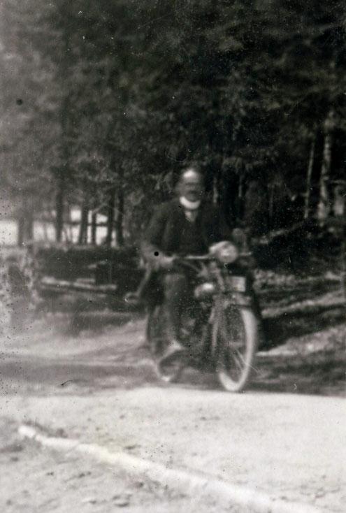 """1926 """"Vater auf Motorrad"""""""