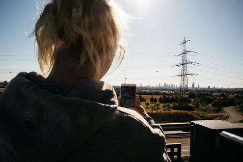 Cache mit Blick auf die Frankfurter Skyline