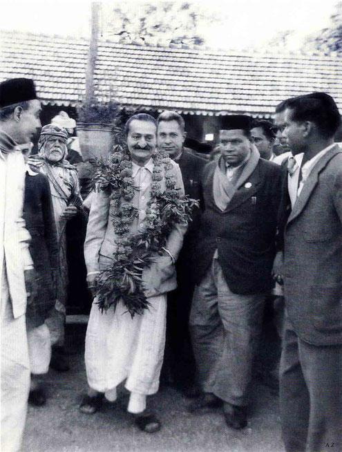 Meher Baba in Pandharpur in November 1954. (L-R) Pendu Irani, Gustadji Hansotia, Saint Gadge Maharaj & Meherjee Karkaria behind Baba. Photo taken by B. Panday. Courtesy of Lord Meher ; 1st Ed. Vol.13-14, p.4569.