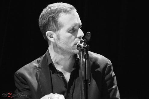Richard Montaillard au chant et au piano lors d'un concert avec Chris Tapor © M'Zlle Anna, photographe