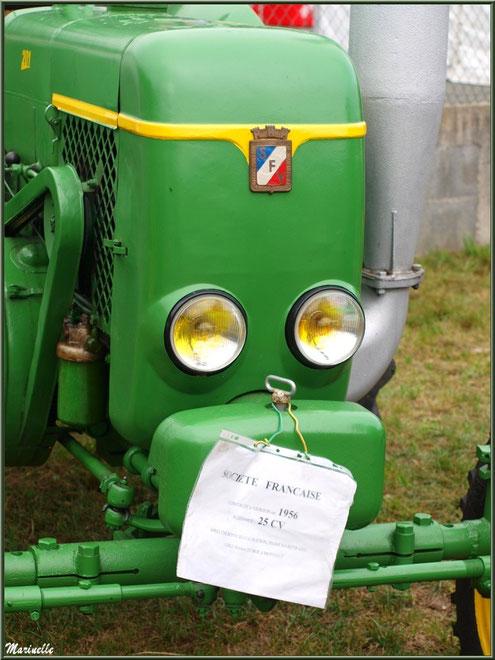 Exposition tracteurs anciens, ici Société Française modèle 1956, Fête au Fromage, Hera deu Hromatge, à Laruns en Vallée d'Ossau (64)