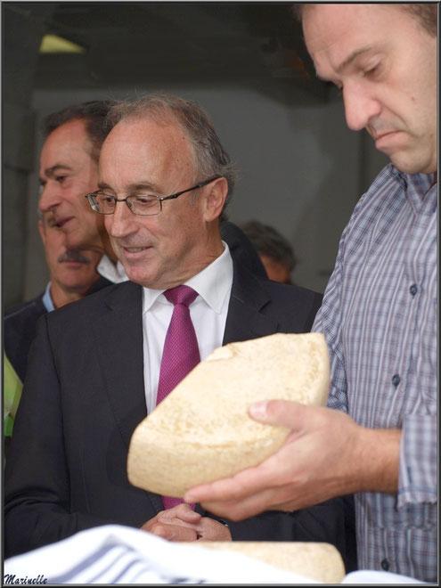 Monsieur le Maire de Laruns, Robert Casadebaig, en dégustation du fromage, Fête au Fromage, Hera deu Hromatge, à Laruns en Vallée d'Ossau (64)