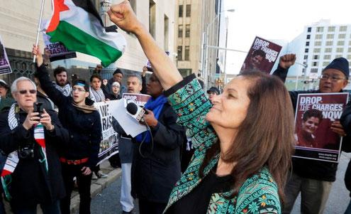 Protestmanifestation med Rasmea Odeh i forgrunden