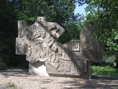 Foto: wikimedia // Relief an der Gedenkstätte Rieseberg