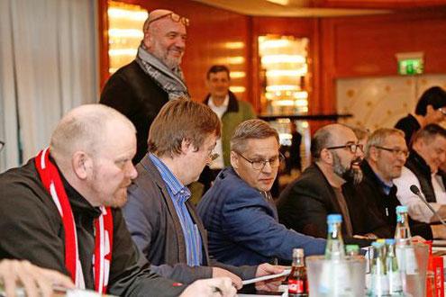 Tarifverhandlungen in Hannover: IG-Metall-Verhandlungsführer Thorsten Gröger (Mitte), der stellvertretende VW-Betriebsratsvorsitzende Stephan Wolf (rechts daneben) und Betriebsratschef Bernd Osterloh (hinten stehend). Foto: IG Metall
