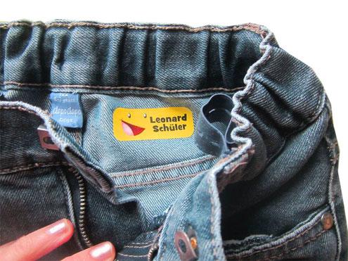 Bügeletikett aufgebügelt in Jeanshose