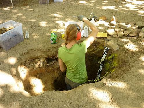 Aufnahme eines Bodenprofils und Entnahme von Bodenproben für die Laboranalyse.