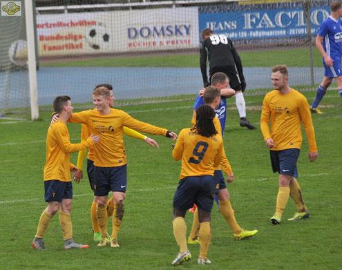 Die VfL-Spieler feiern den Führungstreffer durch Daniel Horn (links)