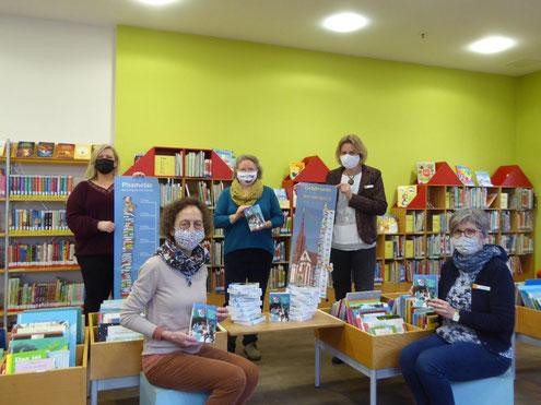 Bei der Übergabe meiner Bücher, von links nach rechts: Anna Neufeld, Martha Maucher (die neue Bibliotheksleiterin), ich (Sigute Wosch), Petra Ade und Angelika Riedel (Foto: Anna-Maria Müller / Stadtbücherei Würzburg)