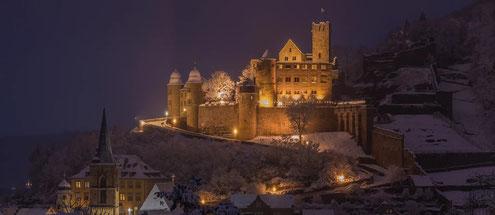 Die verschneite Burg in Wertheim - Foto: www.weihnachtsmarkt-wertheim.de