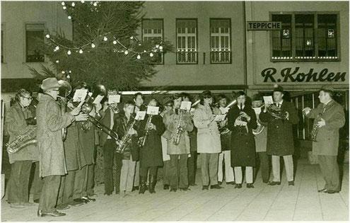 Städtischer Musikverein Erkelenz beim traditionellen Weihnachtsspielen auf dem Erkelenzer Marktplatz 1971
