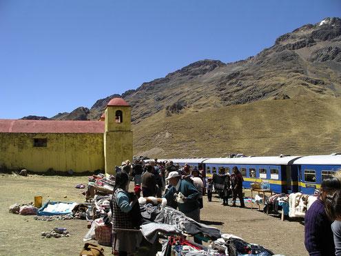 Im Altiplano von Peru hält die Eisenbahn