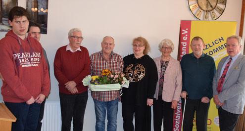 Geehrt wurden (v.l.) Florian und Dieter Schwarz, Peter Bruhn, Uwe Schnepel, Ilona Schwarz, Frauke Röschmann und Heinrich Nehlsen vom Vorsitzenden Ulrich Baschke.
