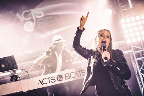 Künstlervermittler von DJ Plus Sängerin Paketen