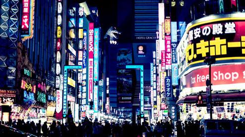歌舞伎町バス亭を降りてゴジラロードへ