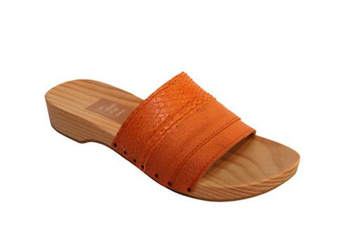 Joli modèle de sandale d'été, sabot mule semelle bois bride cuir, réalisé par les sabots d'isa à saint-bertrand-de-comminges