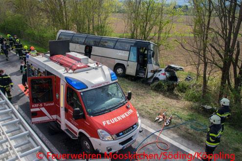 Feuerwehr; Blaulicht; FF Markt Mooskirchen; Unfall; PKW; Bus; Autobahnzubringer; A2;