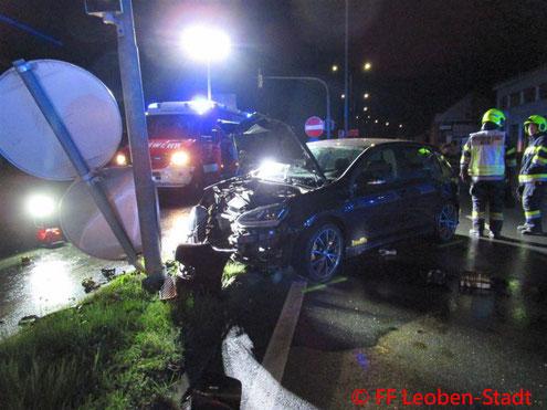 Feuerwehr, Blaulicht, Leoben-Stadt, Verkehrsunfall, Lichtmast
