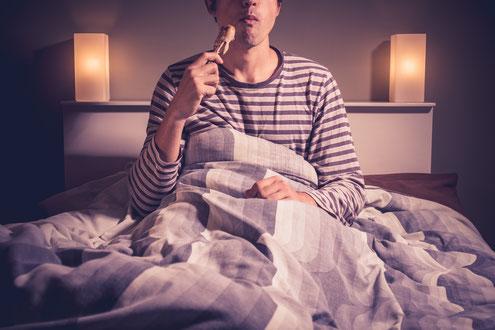 Ein Mann ist im Bett