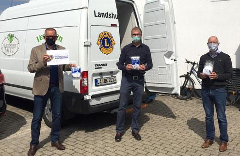 Maskenspende Tafel Landshut: Lions-Mitglied Roland Kramschuster (Mitte) freute sich mit den Tafel-Mitarbeitern (von links) Hartmut Lindner und Jürgen Monschau über die Maskenspende