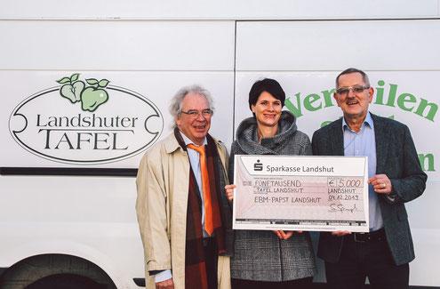 Holger Peters von der Diakonie Landshut (li.) und Hartmut Lindner von der Tafel freuten sich über den 5000 Euro-Scheck von ebm-papst Geschäftsführerin Stefanie Spanagel.