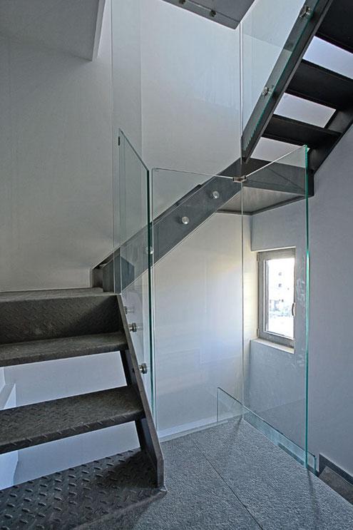 κάγκελα σκάλας από τζάμι, κάγκελα γυάλινα σκάλας, γυάλινη σκάλα, κουπαστή σκάλας από τζάμι,γυαλί σε σκάλα Αργυρούπολη
