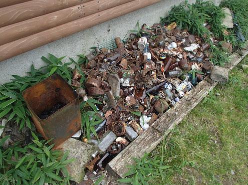 破風山避難小屋の集められたゴミ