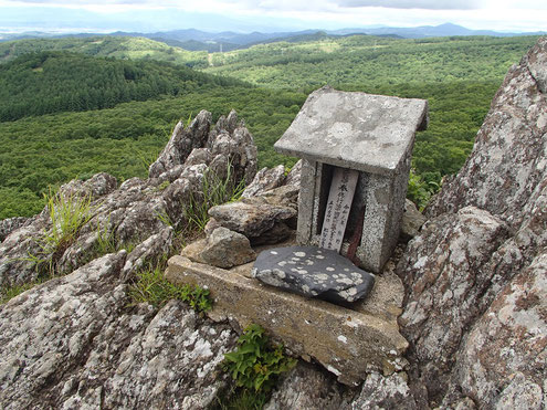 兜明神岳山頂の祠