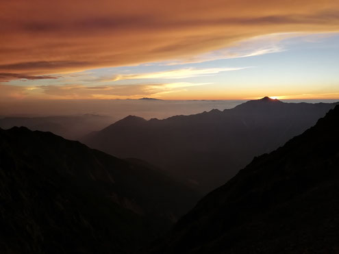 夕暮れの笠ヶ岳と白山