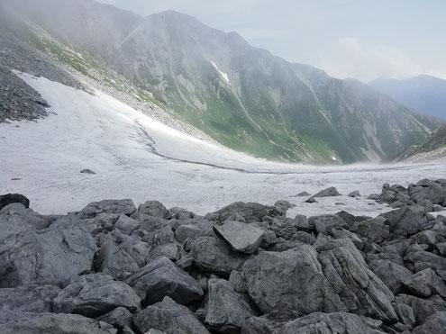 鬼岳と龍王岳鞍部の雪渓