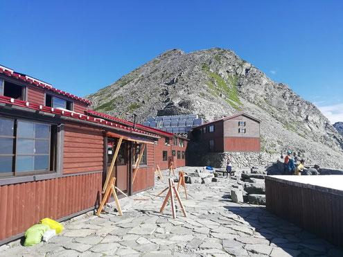 穂高岳山荘と涸沢岳