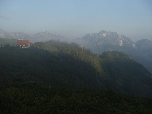 朝靄に浮かぶ剱岳