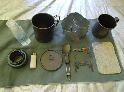 お湯を沸かす道具と食器一式