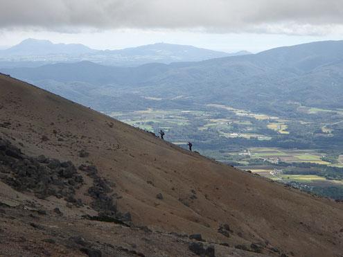 向こうの尾根に登山者