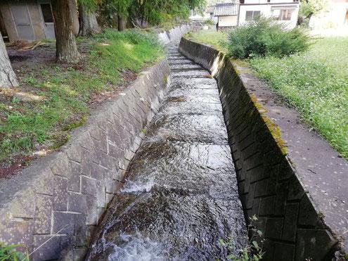 強清水が流れる用水路