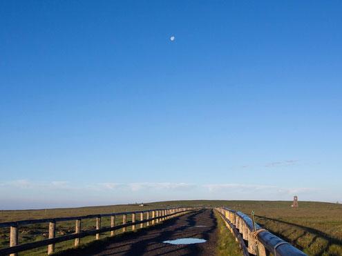 美ヶ原の朝・美しの塔と月