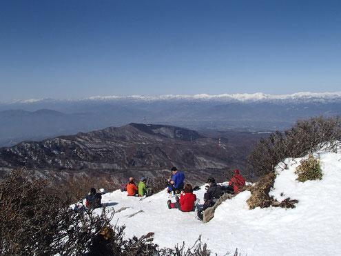 白い山は上越国境の山々