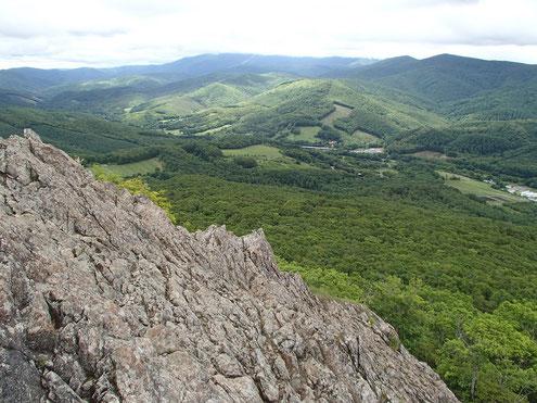 兜明神岳の岩場から早池峰山方面