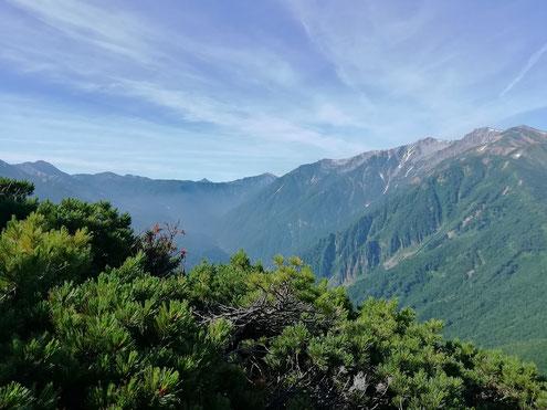 薬師岳と遠くに笠ヶ岳