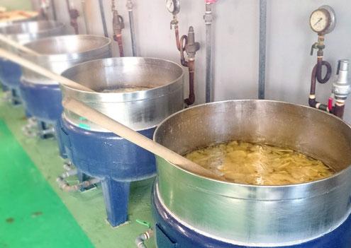 生姜を秘伝の砂糖蜜で煮詰めている写真