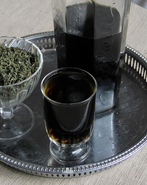 l'ortie en infusion nourrissante, un breuvage presque noir, chargé de minéraux !