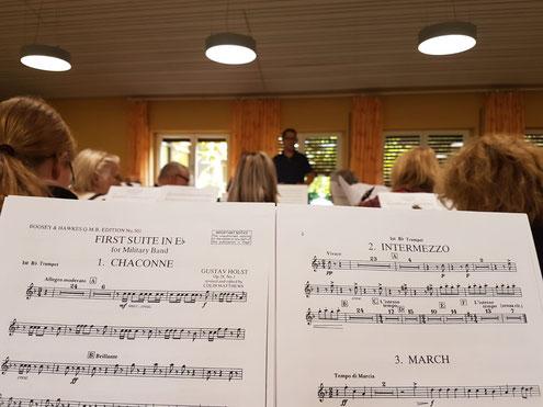 So sieht die Perspektive des Musikers aus: ein Auge in den Noten, das andere natürlich beim Dirigenten:-) (Bildrechte: MBO)