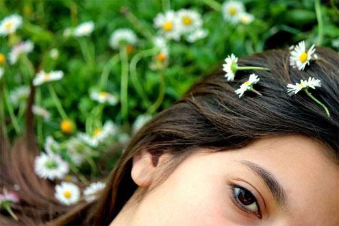 Erholsame Pflege für die Haut des Gesichtes einer Frau mit Naturseife