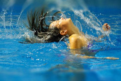 Frau beim Duscherlebnis mit Naturseifen