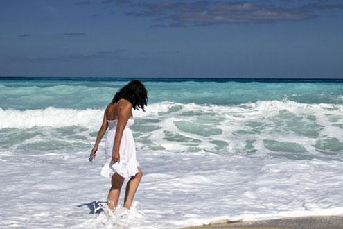 Wohlgefühl beim Gehen im Schaumwasser des Meeres