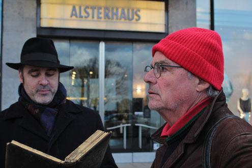 Ein Tourguide von Corpus Delicti Tours in Hamburg erzählt. Ein Kunde lauscht.