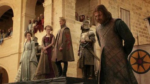 Rechts: widerlicher Reichsverräter - links: sympathische Königsfamilie mit kompetentem Herrscher