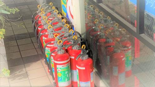 ズラリと並んだ消火器