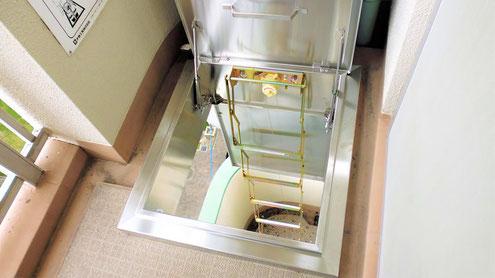 展張したハッチ式の避難はしご