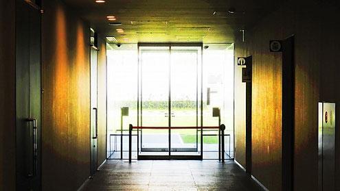 パニックオープンとは自火報と連動して自動ドア等が開く事